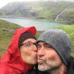 couple-kissing-as-selfie
